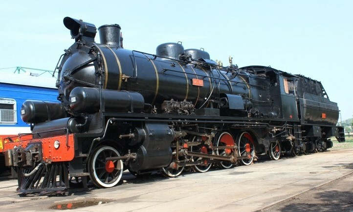 Two-steam-locomotives-chugging-on-the-Hue-Da-Nang-route-1