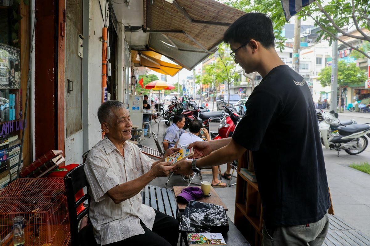 Saigon-bookseller-allows-customers-to-bring-books-to-exchange-for-a-cup-of-coffee-5
